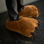 Svegliaaa! Bisogna andare a lavorooo! Per le mattine difficili, quando fuori fa freddo e tu vorresti andare in letargo, ecco le Pantofole Orso , a darti conforto e un sorriso di inizio giornata.
