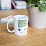 Accendi le tue passioni! Riempi di bevanda calda la tazza Gameboy, e il display disegnato sulla tazza si animerà magicamente con il più classico dei videogiochi! Convinci finalmente i tuoi ragazzi a bere il latte!