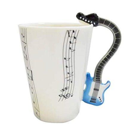 Amanti della musica? Ecco l'idea regalo perfetta per cominciare bene la giornata! La tazza decorata da spartiti e con manico di chitarra blu.