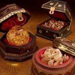 Porta autenticità e brillantezza alla tua decorazione natalizia con i tre regali dei Magi. Oro, incenso e mirra in eleganti contenitori.