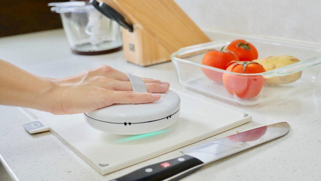 Non passa giorno senza che la tecnologia faccia passi da giganti. Oggi ti facciamo vedere un oggetto che farà la felicità di tutti i traveller ma che sarà utilissimo anche nella vita di tutti i giorni: un piccolo robot sterilizzatore!