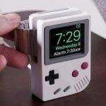 """Dai al tuo smartwatch Apple un tocco di stile """"old school"""" mettendolo su questo supporto a forma di Game Boy."""