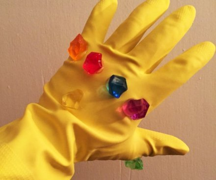 """Renditi indistinguibile dal vero Thanos completando la tua tuta con questa replica """"quasi uguale"""" del """"Guanto dell'infinito """". Ancora sto ridendo!"""
