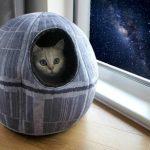 Esilarante cuccia per gatti e piccoli cani a forma della Morte Nera di Star Wars. ATTENZIONE: spinge i tuoi cuccioli verso il lato oscuro!