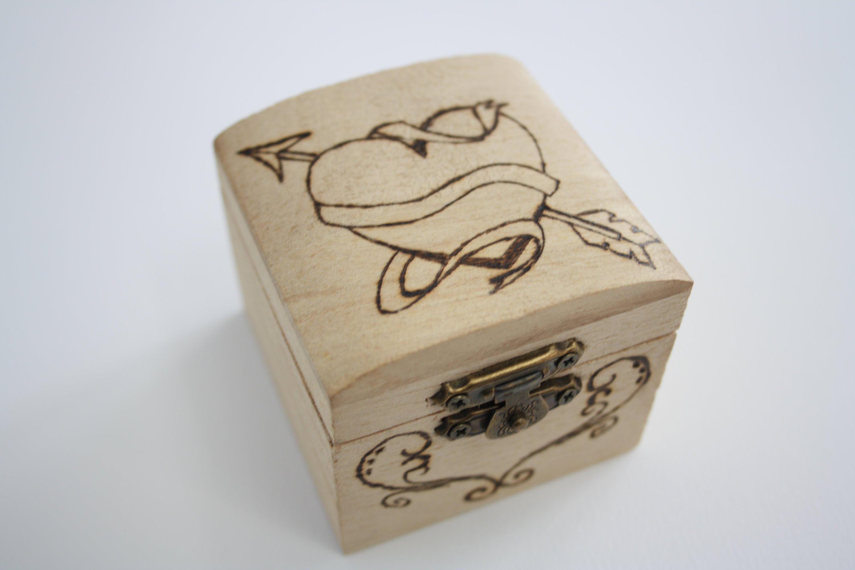 Originale bauletto in legno con incisione eseguita con pirografo perfetta per la festa di San Valentino.