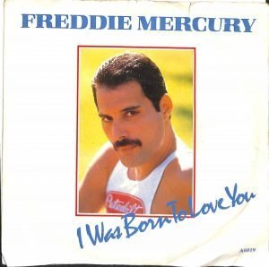 Un originale 45 giri di I was born to love you. Un vinile placcato oro commemorativo dell'indimenticabile Freddie Mercury.