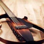 Una stupenda chitarra Yamaha per studiare a qualsiasi ora del giorno e della notte.