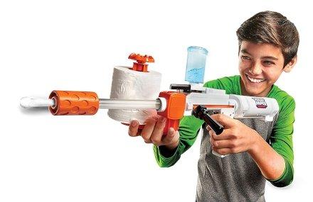 Vuoi un'idea regalo originale? Arriva il fucile che spara proiettili di carta igienica!