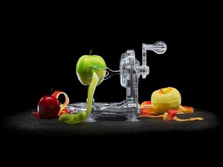 Basta con la noiosa lentezza necessaria per sbucciare le mele! Arriva il Pela Mele a manovella!