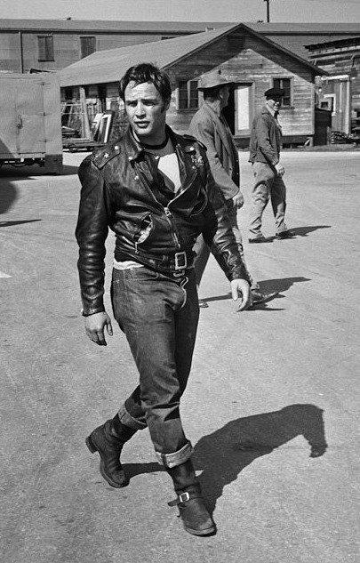 Vuoi regalarti un oggetto che ha fatto la storia del cinema? Se fai in fretta puoi avere la giacca di pelle di Marlon Brando! Un indumento che ha fatto la storia del cinema!