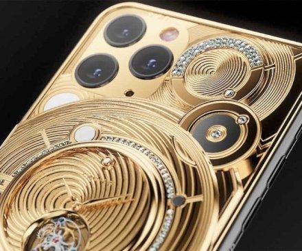 La lussuosa custodia per iPhone Caviar è l'epitome dell'opulenza. Questa sorprendente custodia per smartphone vanta caratteristiche uniche come un orologio con movimento a tourbillon, mezzo chilo d'oro e 137 piccoli accenti di diamanti che rendono questa custodia favolosa adatta alla regalità.