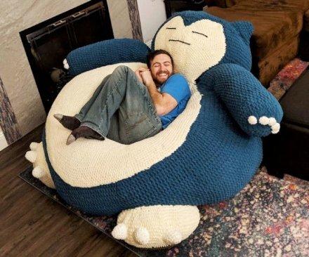 Il Pokemon gigante ti accoglie tra le sue braccia per darti il massimo comfort con la sua pancia invitante, ampia, accogliente e morbida che ti cullerà mentre dormi.