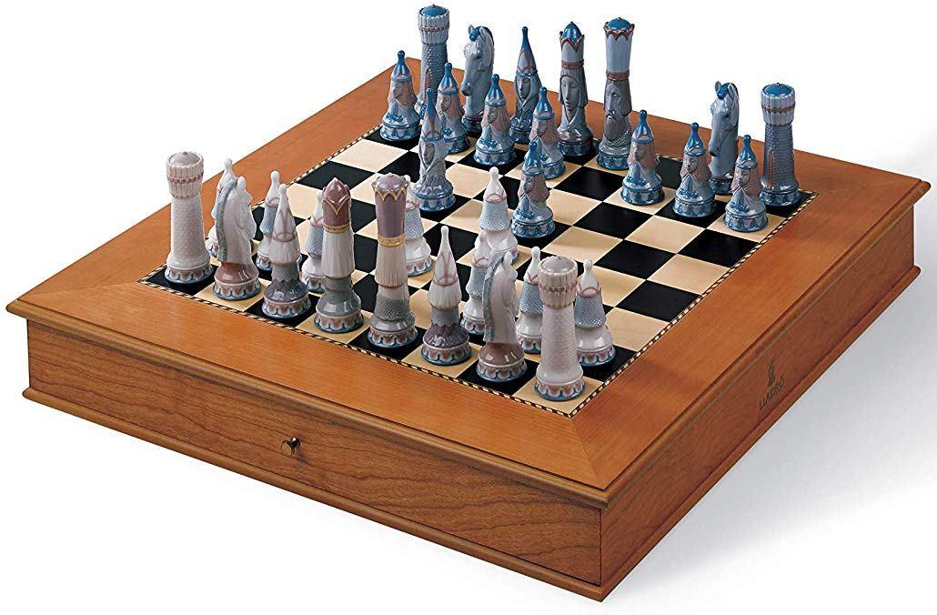 Per gli amanti degli scacchi dal portafoglio largo un'incredibile opera in porcellana dai migliori porcellanai del mondo.