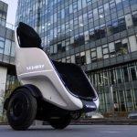 Basta veicoli a due ruote scomodi! Siediti e rilassati mentre vai al lavoro con il veicolo a due ruote S-Pod Segway-Ninebot. Questo veicolo si equilibra da solo mentre si sta comodamente seduti, come su una poltrona.