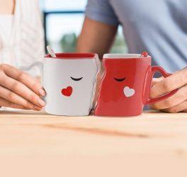 Festeggia San Valentino con un perfetto regalo a tema. Due simpatiche tazze per lui e per lei.