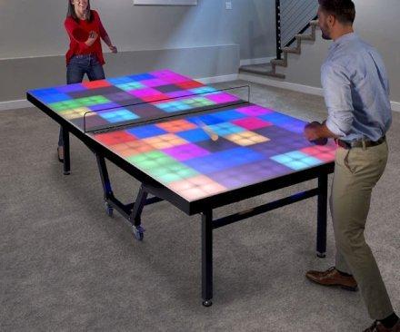 """Gioca con questo tavolo da ping pong luminoso ad una normale partita o nella variante """"disilluminante"""" dove devi colpire ogni quadrato luminoso per poter vincere la partita."""