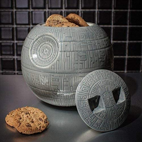 Metti al sicuro i tuoi biscotti all'interno dell'arma più letale dell'universo! Direttamente dal mondo di Star Wars scopri con noi questa biscottiera in ceramica della Morte Nera.