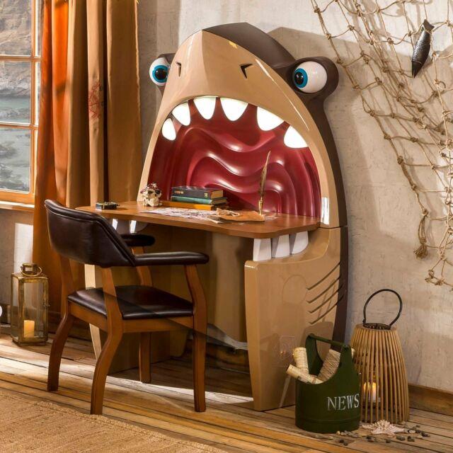 Rendi divertente ed unica la camera dei tuoi ragazzi con questa scrivania a forma di squalo!