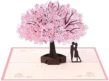 Festeggia la festa della Mamma con un romantico biglietto d'auguri pop up raffigurante due fidanzati sotto un ciliegio.