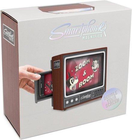 Mentre guardi video sul tuo smartphone provi nostalgia dei vecchi TV a tubo catodico? Risolvi due problemi in uno con questo schermo ingranditore per i video del cellulare a forma di vecchia TV!