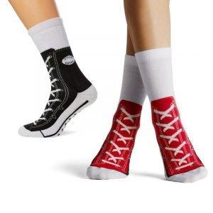 Al tempo del coronavirus chi non ama gironzolare per casa con ai piedi solo un paio di calzini? Dai un tocco cool al tuo aspetto con questi calzini Stile Converse!