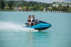 Goditi una giornata di divertimento sotto il sole senza preoccuparti di inquinare il mondo saltando a bordo della moto d'acqua elettrica personale Nikola WAV. Questa moto d'acqua ecologica vanta caratteristiche come un display impermeabile da 12 pollici con risoluzione 4K e debutterà nel corso di quest'anno.