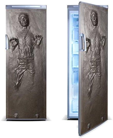Se sei un fan accanito di Star Wars è d'obbligo trasformare il tuo frigo in Han Solo bloccato nella carbonite con questo adesivo per frigoriferi.