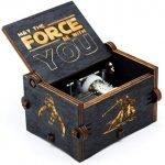 Un piccolo carillon a tema Star Wars. E' una idea regalo originale, economica ed iconica. Un vero must have per gli amanti del genere.