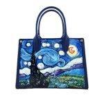 Borsa dipinta a mano – La Notte stellata di Van Gogh: Il dipinto notturno più famoso della storia dell'arte riprodotto su una borsa in pelle di prima qualità.