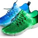 """Forse in vita tua ti sarà capitato di incontrare ragazzi con le scarpe illuminate da ALCUNI Led. Anche se le """"luci di posizione"""" sembrano originali, non è così assurdo come avere un'intera superficie fatta di luci a LED! L'ultima innovazione che ti presentimo oggi sono queste sneaker dall'aspetto super cool della Shinmax che è completamente illuminata. Al primo sguardo, ho pensato che fosse un display a LED sulle scarpe, ma in realtà sono solo le luci a LED. Hai 7 colori tra cui scegliere, per rendere le sneakers adatte a una vasta gamma di capi di abbigliamento e stili."""