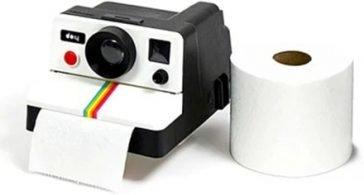 Immergiti nelle atmosfere anni '80 nell'intimità del tuo gabinetto e trasforma il tuo anonimo porta rotolo di carta igienica in una ganzissima Polaroid della tua giovinezza!