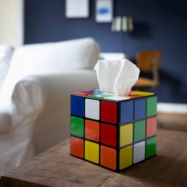 Se anche voi volete il Portasalviette a forma di Cubo di Rubik che si sfoggiava in The Big Bang Theory, per voi o per un regalo, vi diciamo dove trovarlo.