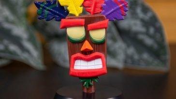 Se amate il mondo dei videogiochi e se come me, siete pazzi di Crash Bandicoot, non potete non conoscere anche Aku Aku, una maschera tiki di uno stregone che fluttua a mezz`aria, ci protegge dai nemici e dai pericoli e ci illumina con tutta la sua saggezza. Se siete folli come me allora non potete fare a meno di questa Icon Light Aku Aku da Collezione! Un pezzo da collezione incredibile per tutti i fan dei giochi di Crash Bandicoot.